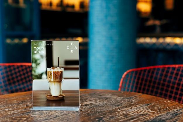 Maquete de uma placa de sinal de mesa de restaurante