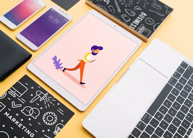 Maquete de vários dispositivos com criatividade ou conceito de espaço de trabalho