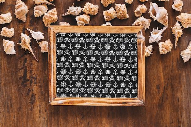 Maquete de verão com ardósia e conchas