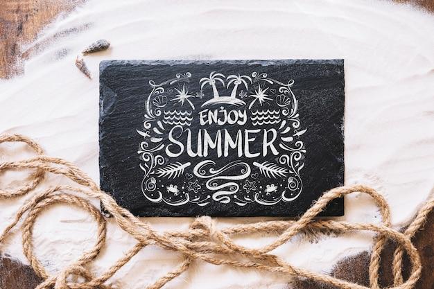 Maquete de verão com ardósia e corda