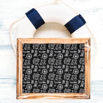 Maquete de verão com ardósia no anel de vida