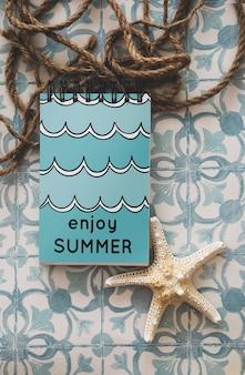 Maquete de verão com o bloco de notas