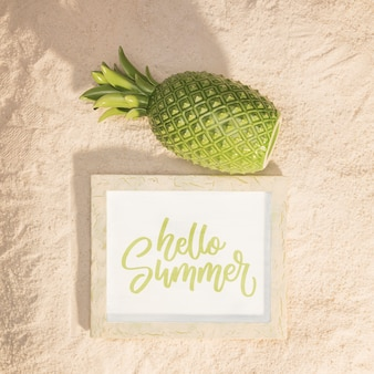Maquete de verão com um abacaxi