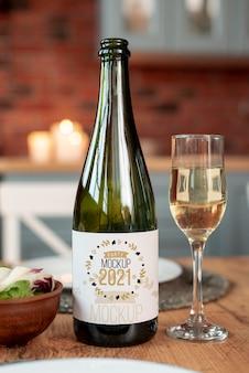 Maquete de vinho ao lado de uma taça de vinho