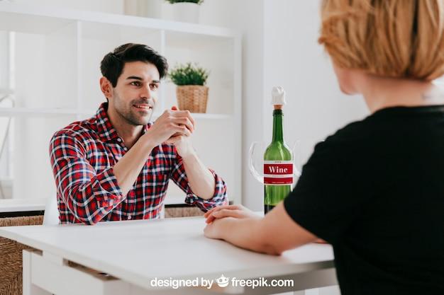 Maquete de vinho com casal na mesa