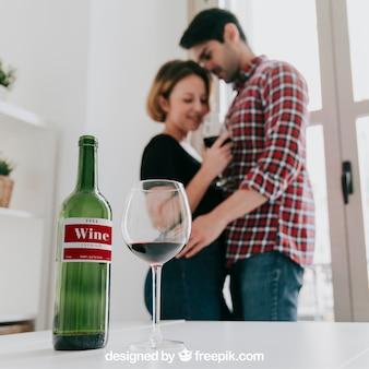 Maquete de vinho com casal sedutor
