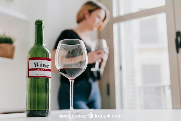 Maquete de vinho com mulher