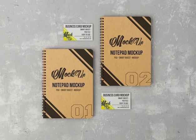 Maquete de vista superior de dois notebooks e cartões de visita