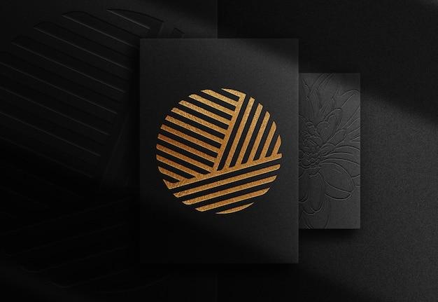 Maquete de vista superior de papel luxuoso com relevo dourado