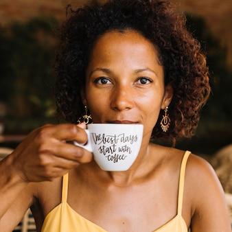 Maquete de xícara de café com mulher