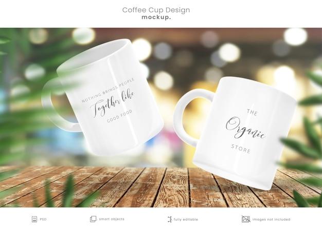 Maquete de xícara de café de loja orgânica na mesa de madeira