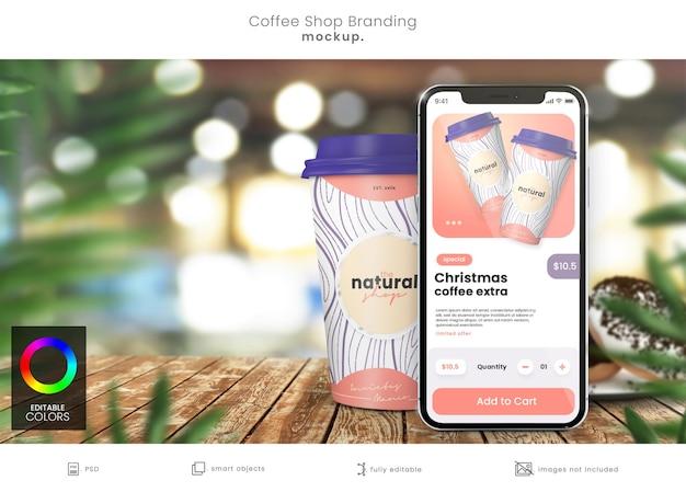 Maquete de xícara de café de papel e maquete de aplicativo de smartphone