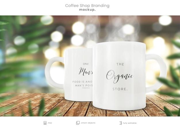 Maquete de xícara de café orgânico na mesa de madeira