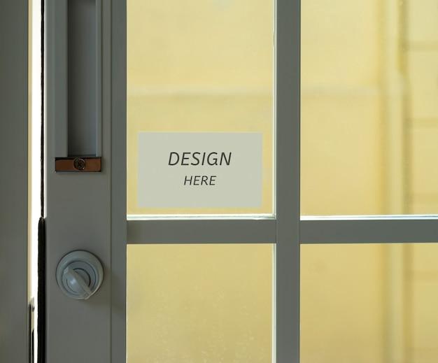 Maquete design aqui assinar em um restaurante, loja, escritório