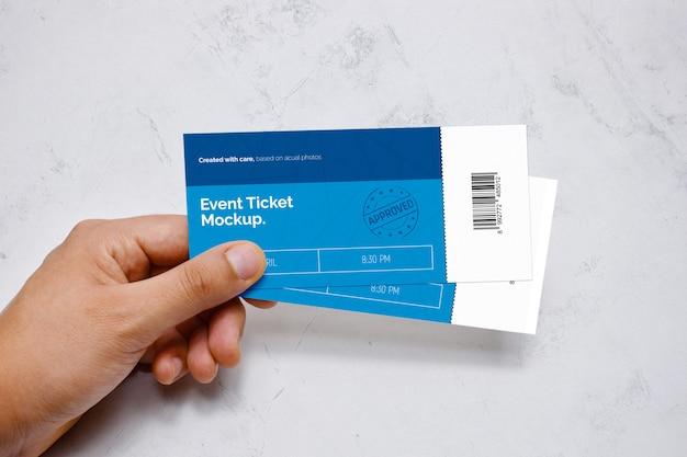 Maquete do bilhete do evento na mão