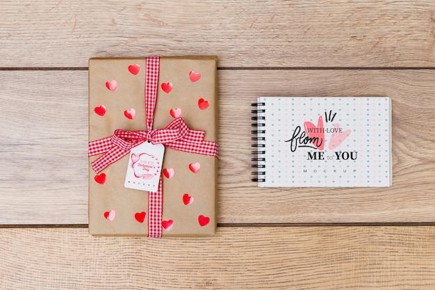 Maquete do bloco de notas ao lado da caixa de presente para dia dos namorados