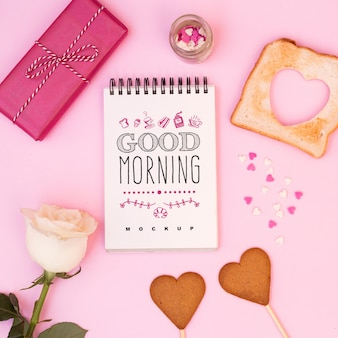 Maquete do bloco de notas com café da manhã do dia dos namorados