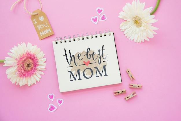 Maquete do bloco de notas com composição de dia plana mães leigos