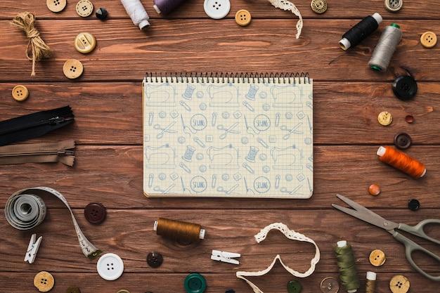 Maquete do bloco de notas com conceito de costura