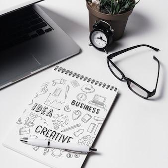 Maquete do bloco de notas com elementos do espaço de trabalho