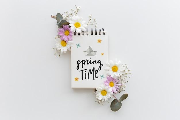 Maquete do bloco de notas com flores da primavera