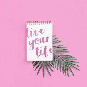 Maquete do bloco de notas com folha de palmeira