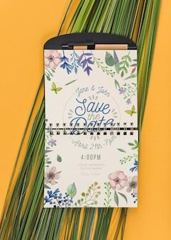 Maquete do bloco de notas com folhas tropicais