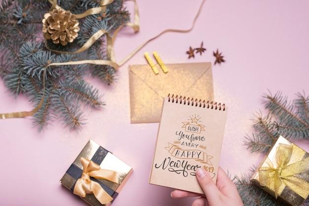 Maquete do bloco de notas com o conceito de ano novo