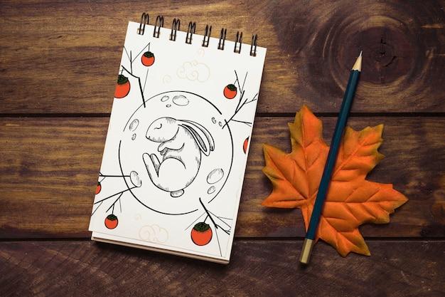 Maquete do bloco de notas com o conceito de outono