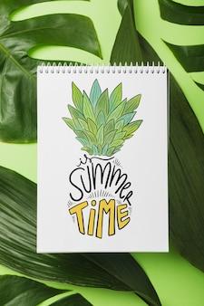 Maquete do bloco de notas em espiral com conceito de verão tropical