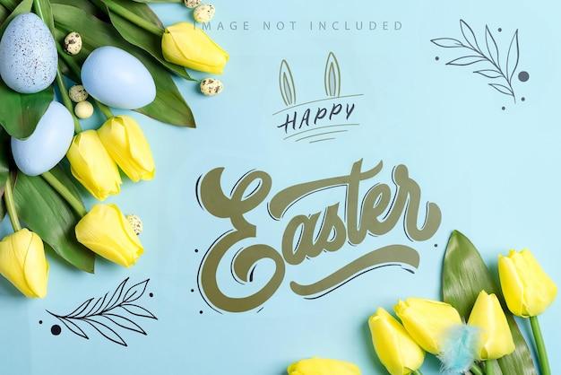 Maquete do canto da páscoa com flores frescas de tulipas da primavera, frango pintado à mão e ovos de codorna