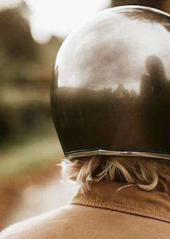 Maquete do capacete psd para a visão traseira do motociclista urbano
