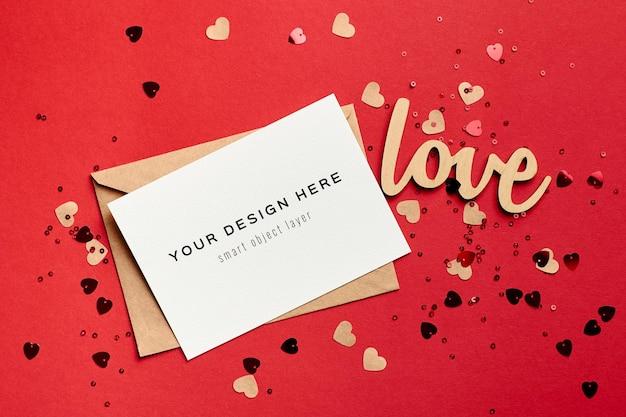 Maquete do cartão de dia dos namorados com enfeites de envelope e coração