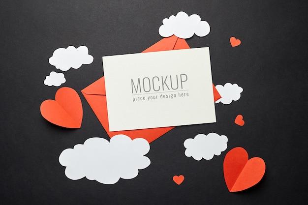 Maquete do cartão de dia dos namorados com enfeites de papel na superfície preta