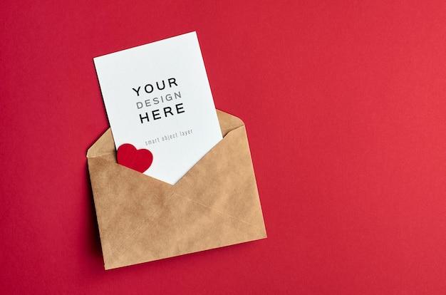 Maquete do cartão de dia dos namorados com envelope e coração em vermelho