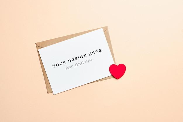 Maquete do cartão de dia dos namorados com envelope e coração vermelho