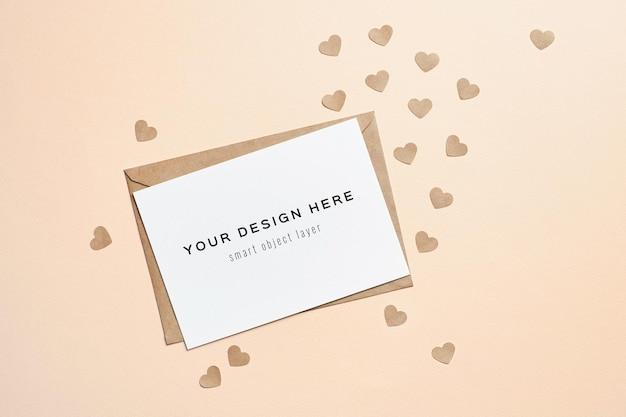 Maquete do cartão de dia dos namorados com envelope e corações de papel