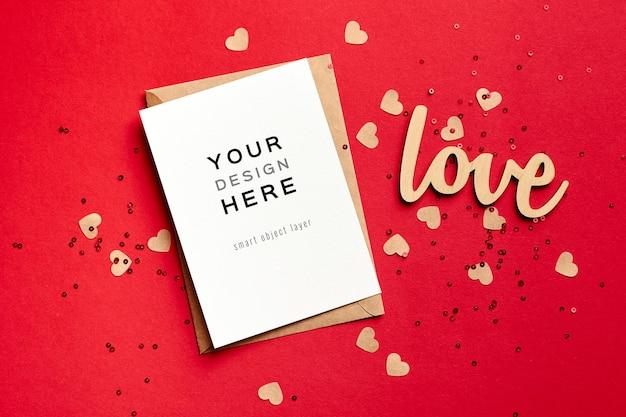 Maquete do cartão de dia dos namorados com envelope e decorações festivas