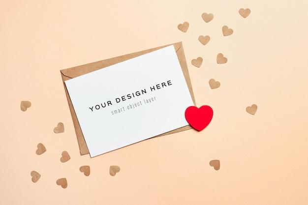 Maquete do cartão de dia dos namorados com envelope e pequenos corações