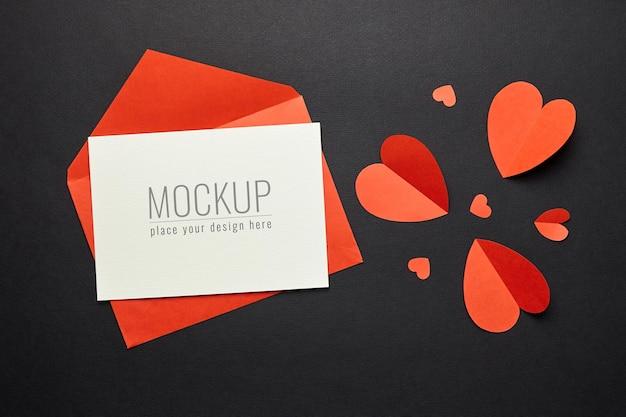 Maquete do cartão de dia dos namorados com envelope vermelho e papel de coração