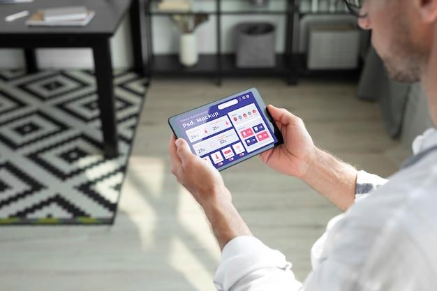 Maquete do conceito de automação residencial com smartphone