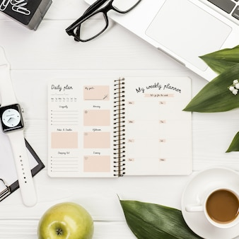 Maquete do conceito de mesa com agenda