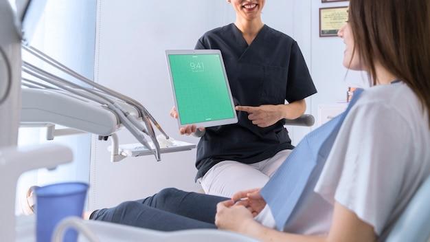 Maquete do dentista com tablet