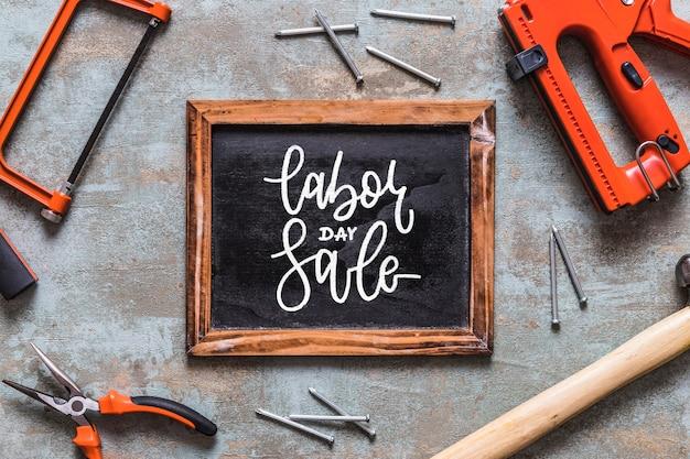 Maquete do dia do trabalho com ardósia e ferramentas