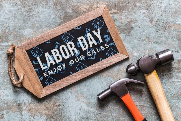 Maquete do dia do trabalho com placa de madeira e ferramentas