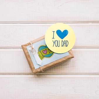 Maquete do dia dos pais com rótulo redondo na caixa de presente