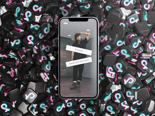 Maquete do dispositivo da tela do telefone com uma pilha de ícones do logotipo 3d tiktok espalhados conceito de mídia social