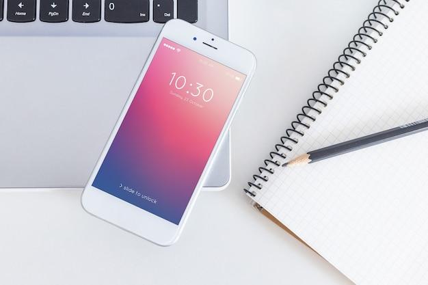 Maquete do espaço de trabalho com laptop e smartphone
