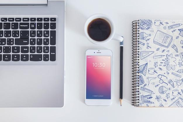 Maquete do espaço de trabalho com smartphone e laptop