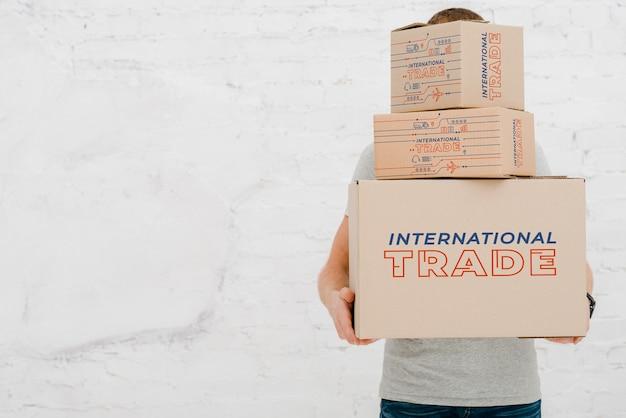 Maquete do homem com caixas de papelão